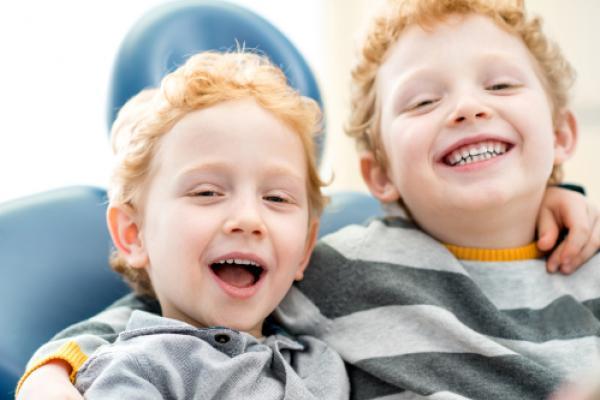 Zwei lächelnde Jungen